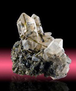 Quarzo tormalinato: la pietra per pulire l'aura