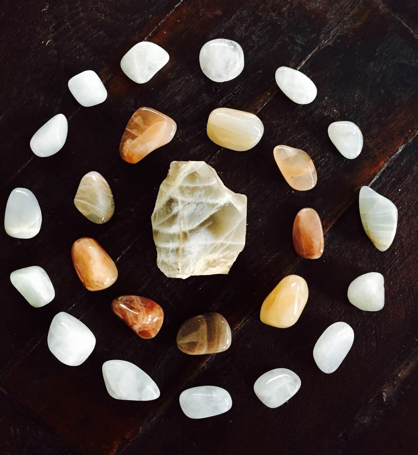 You are currently viewing Pietra di Luna: la pietra che armonizza il ciclo mestruale