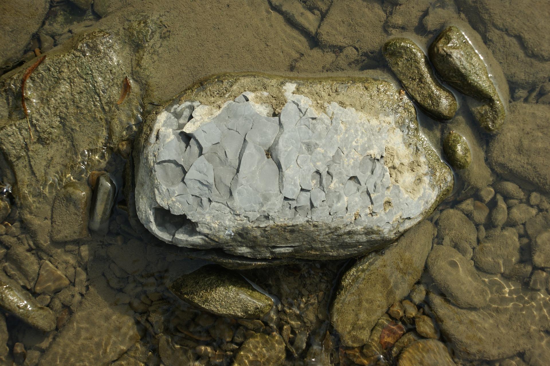 Shungite: la pietra che protegge dall'elettromagnetismo